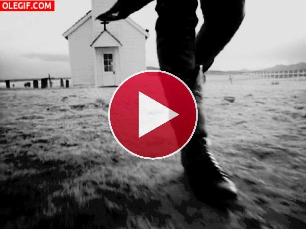 GIF: Slash tocando la guitarra mientras camina