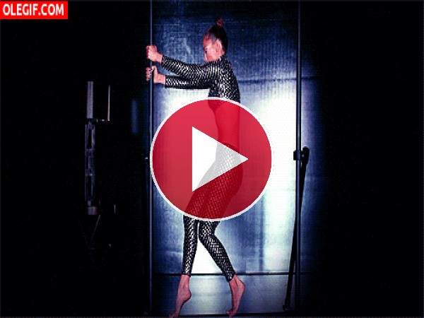 Jennifer Lopez bailando junto a una barra