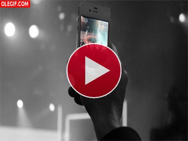 GIF: Grabando el concierto con el smartphone
