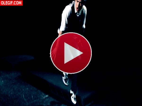 Qué bien baila este chico en el escenario
