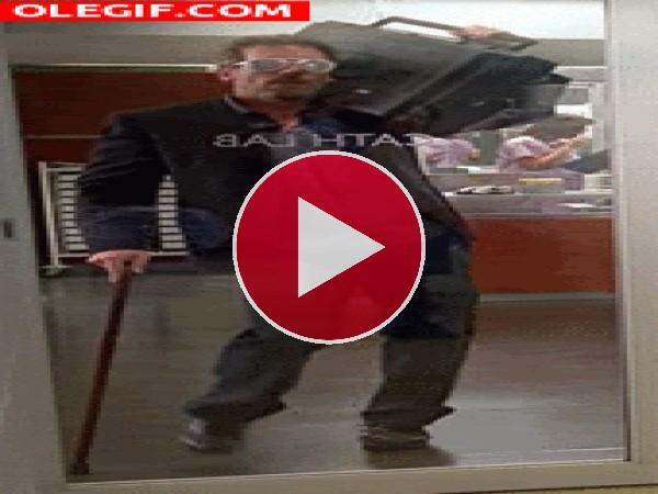GIF: El Dr. House bailando con mucho ritmo
