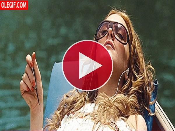 GIF: Lindsay Lohan tomando el sol en una barca