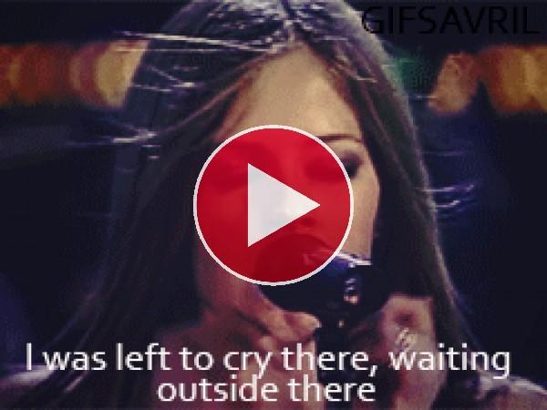 GIF: Avril Lavigne cantando en un concierto
