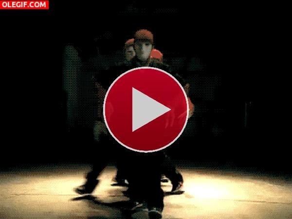 GIF: Bailarines desapareciendo del escenario