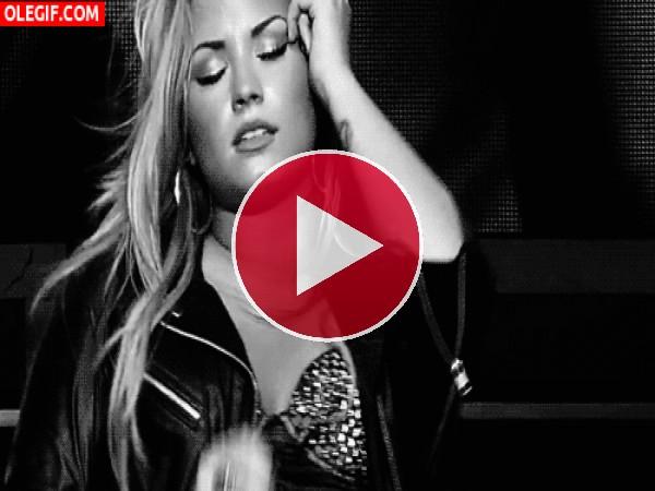 Demi Lovato moviéndose sobre el escenario