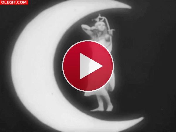 GIF: A esta mujer le gusta lanzar flechas desde la luna