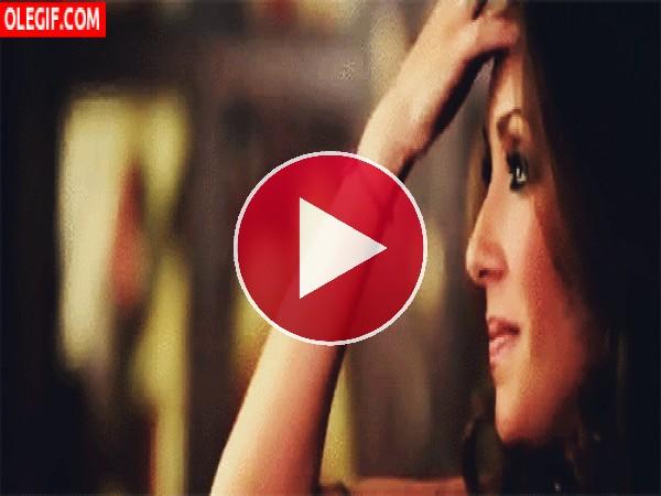 GIF: La guapa Anahí tocándose el pelo