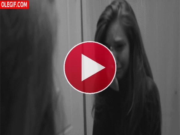 GIF: Chica llorando y mirándose al espejo