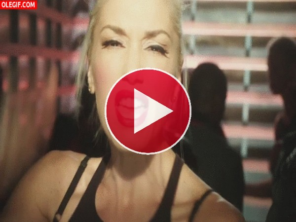Gwen Stefani cantando con mucha emoción