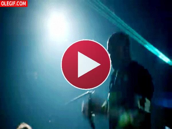 Kanye West bailando en el escenario