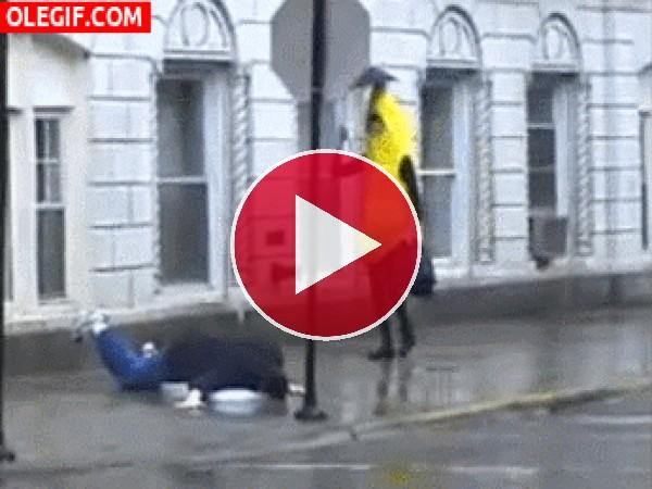 GIF: Una banana tropezando