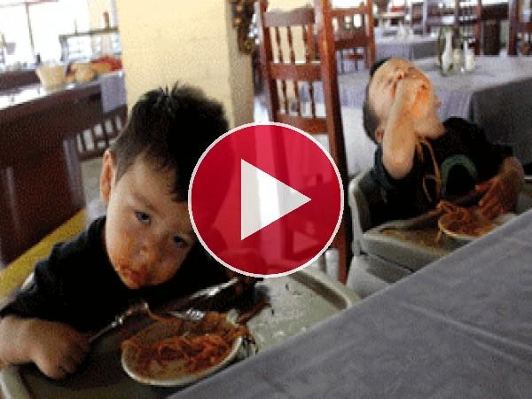 Niños que comen mientras duermen