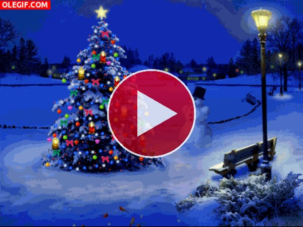 GIF: Árbol de Navidad luciendo junto a un muñeco de nieve