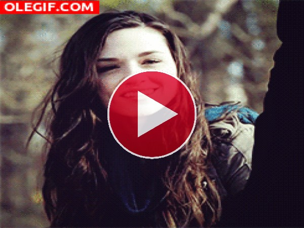 GIF: Crystal Reed mostrando su bonita sonrisa