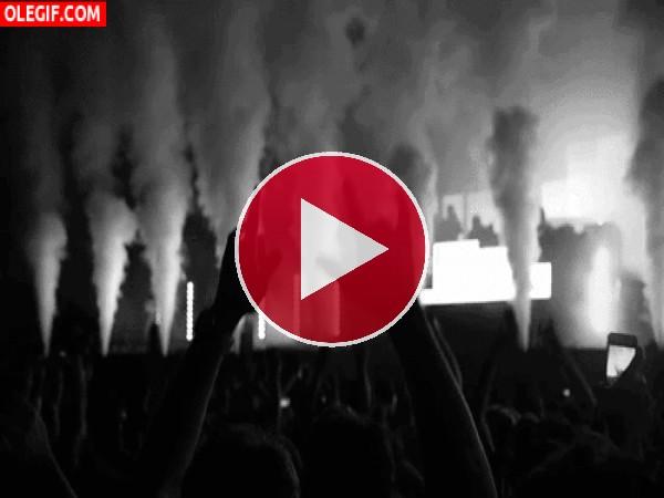 GIF: Vibrando en un concierto