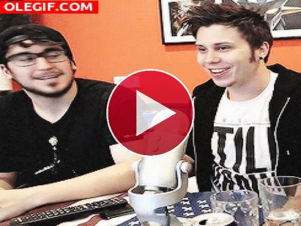 GIF: El Rubius y su colega Mangel echándose unas risas