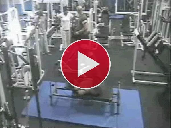 GIF: ¡Me doblé en la maquina del gimnasio!