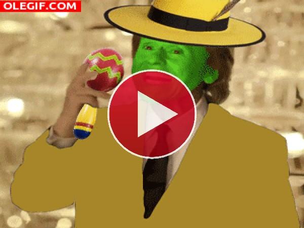 GIF: Cómo le gusta a Raphael tocar las maracas