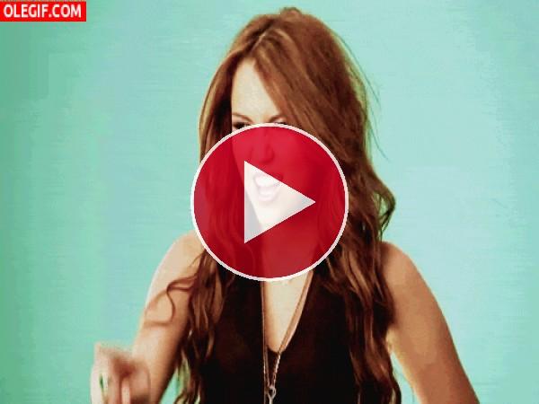 Miley Cyrus lanzando un hechizo