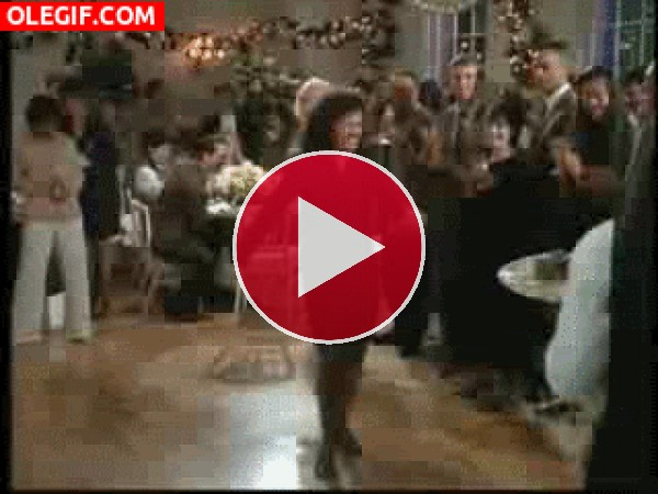 Elaine dando la nota en una fiesta