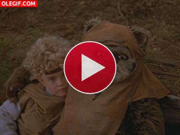 GIF: Este Ewok da un poco de miedito