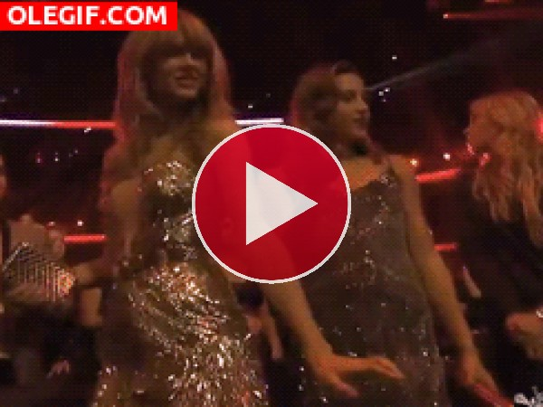 GIF: Taylor Swift moviendo el esqueleto