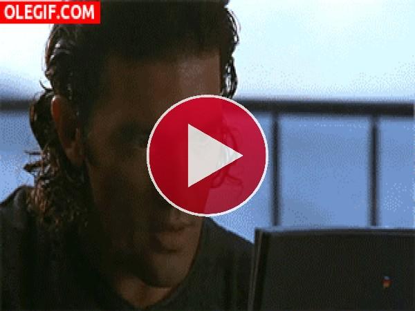 GIF: Antonio Banderas ha conseguido una cita cibernética