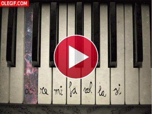 GIF: Notas musicales sonando en un piano