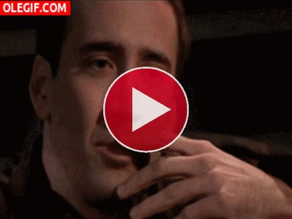 GIF: Nicolas Cage no puede contener la risa
