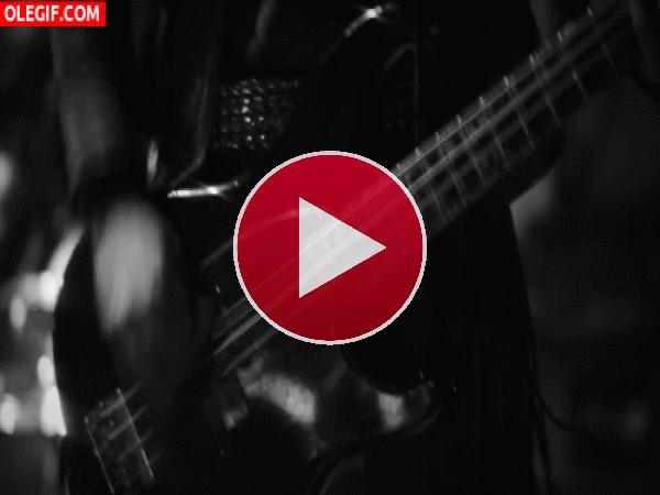 GIF: Tocando la guitarra con mucho ritmo