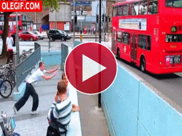 GIF: Menudo golpazo contra el muro