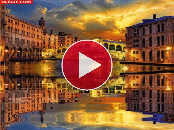 GIF: Agua meciéndose en un canal de Venecia