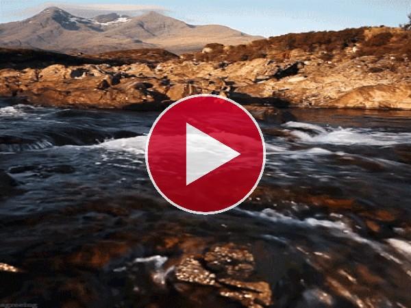 El cauce de un río fluyendo