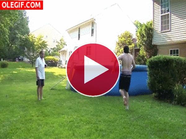 GIF: Se cargó la piscina
