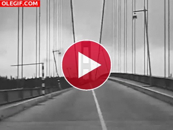 GIF: Movimiento de un puente durante un terremoto