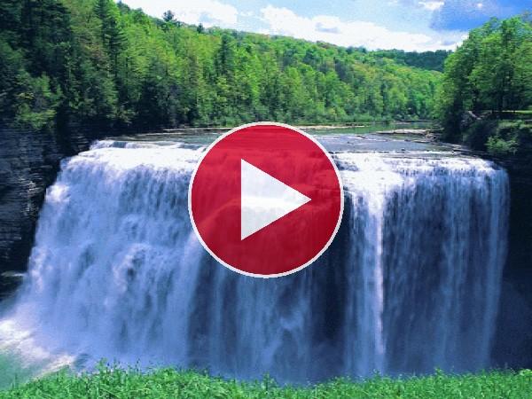 Río cayendo en un gran cascada