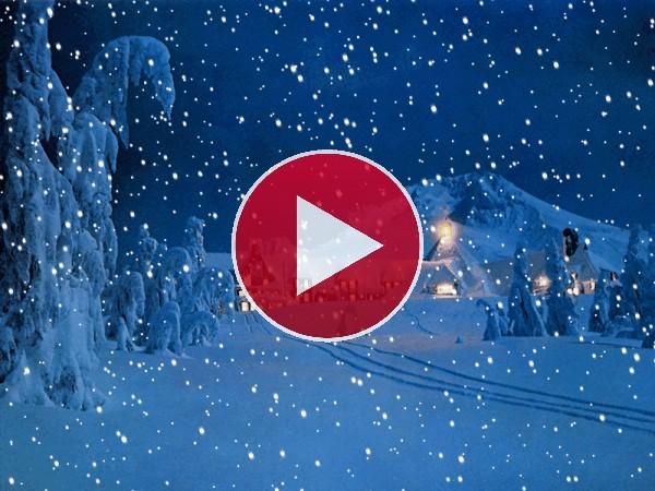 Nieve cayendo en una noche navideña
