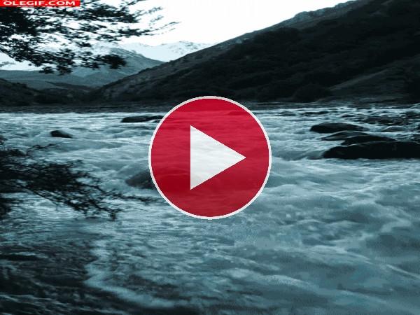GIF: Corriente de agua entre las rocas