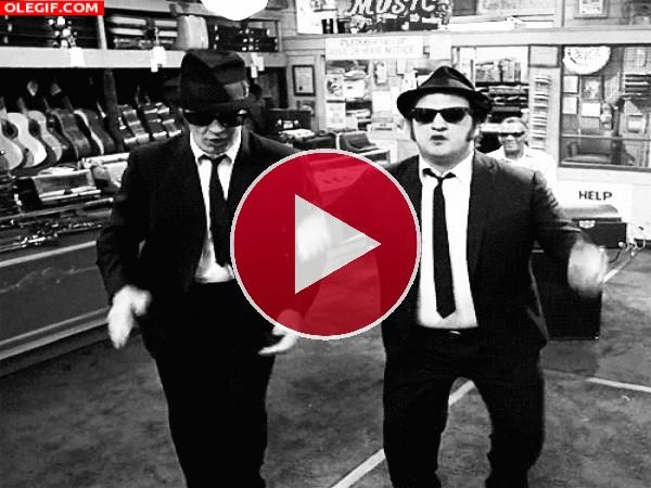 GIF: Qué bien mueven las caderas Los Blues Brothers