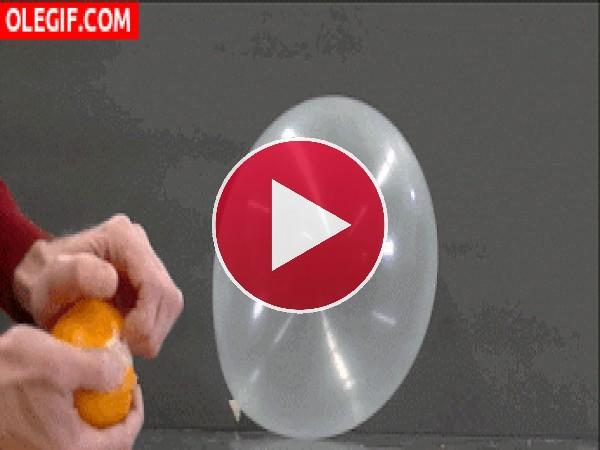 GIF: Cómo explotar un globo con la piel de la naranja