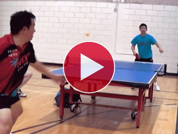 GIF: Menuda habilidad tiene este jugador de ping pong