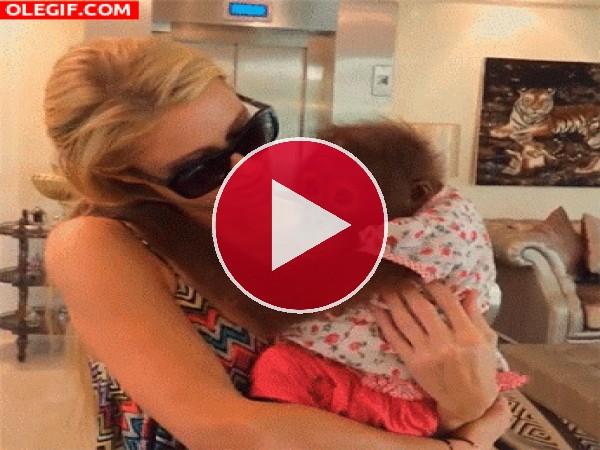 GIF: Paris Hilton besando a la pequeña orangután