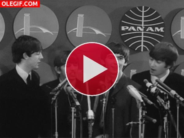 GIF: Los Beatles moviendo el esqueleto