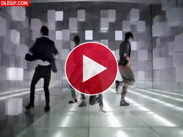 Los chicos de Super Junior en plena coreografía