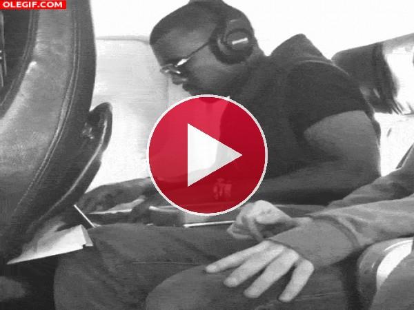 A Kanye West le mola bailar en pleno vuelo