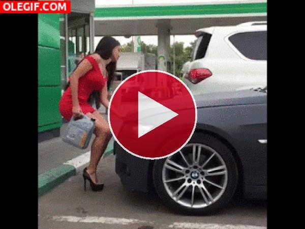 GIF: Poniéndole aceite al coche