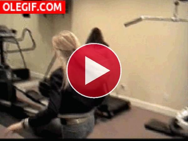 GIF: Resbaló en la cinta de correr
