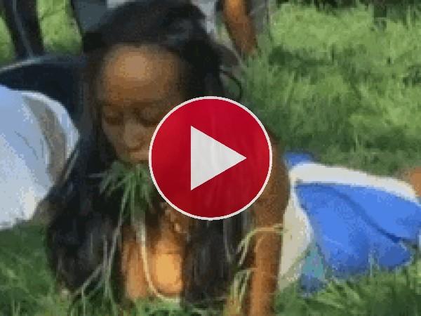 A esta mujer le gusta comer hierba