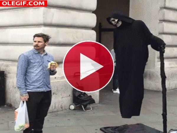 GIF: Ofreciendo banana a la Muerte