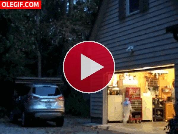 GIF: Fantasma teledirigido para asustar en Halloween